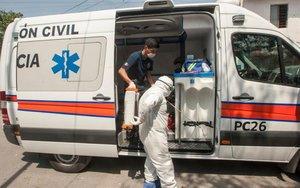 Ambulancia con personal médico en México porcasos decoronavirus.