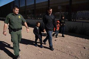 Una familia de inmigrantes detenidapor la Patrulla Froteriza de los EEUU.