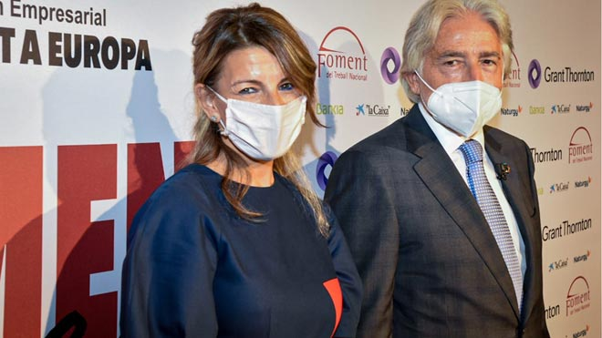 La ministra de Trabajo, Yolanda Díaz, promete en Foment que los ERTE durarán el tiempo que haga falta. En la foto,Díaz, y el presidente de Foment del Treball, Josep Sánchez Llibre,en la inauguración de la Foment Week.
