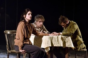 Miranda Gas, junto a Jacob Torres y frente a Borja Espinosa,en 'Els cors purs'.