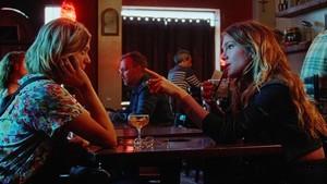 Las actrices Analeigh Tipton y Lily Rabe en la película Golden Exits.