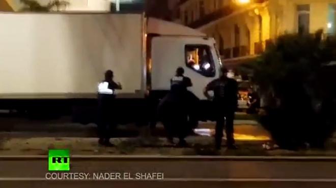 Momento en el que la policía francesa dispara contra el conductor del camión.