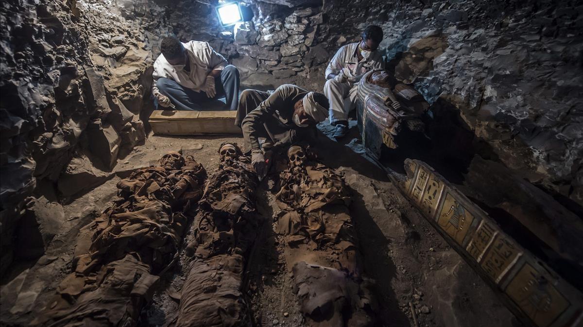 Momias de una mujer y sus dos hijos halladas en la tumba de un orfebre del dios Amón, en Luxor.