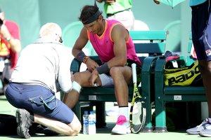 Nadal vence a Khachanov pero su rodilla deja en duda las semis ante Federer.