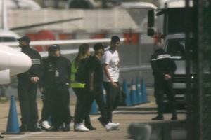 Neymar, captado por las cámaras a su lelgada al aeropuerto de Le Bourget.