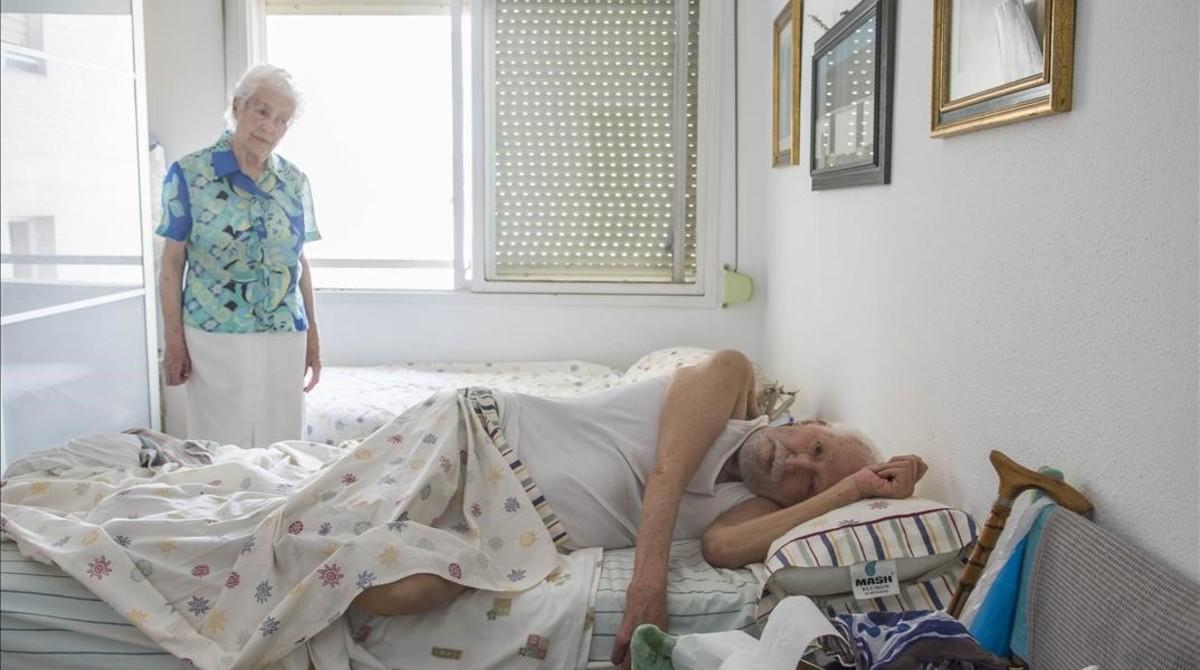 Los nonagenarios Rafael Domínguez y Elvira Fiances, en sudomicilio del barrio sevillano de Los Remedios, este lunes.