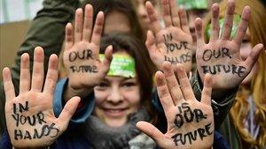 Jóvenes berlineses muestran el lemaNuestro futuro en tus manos durante el movimiento Viernes para el Futuro.
