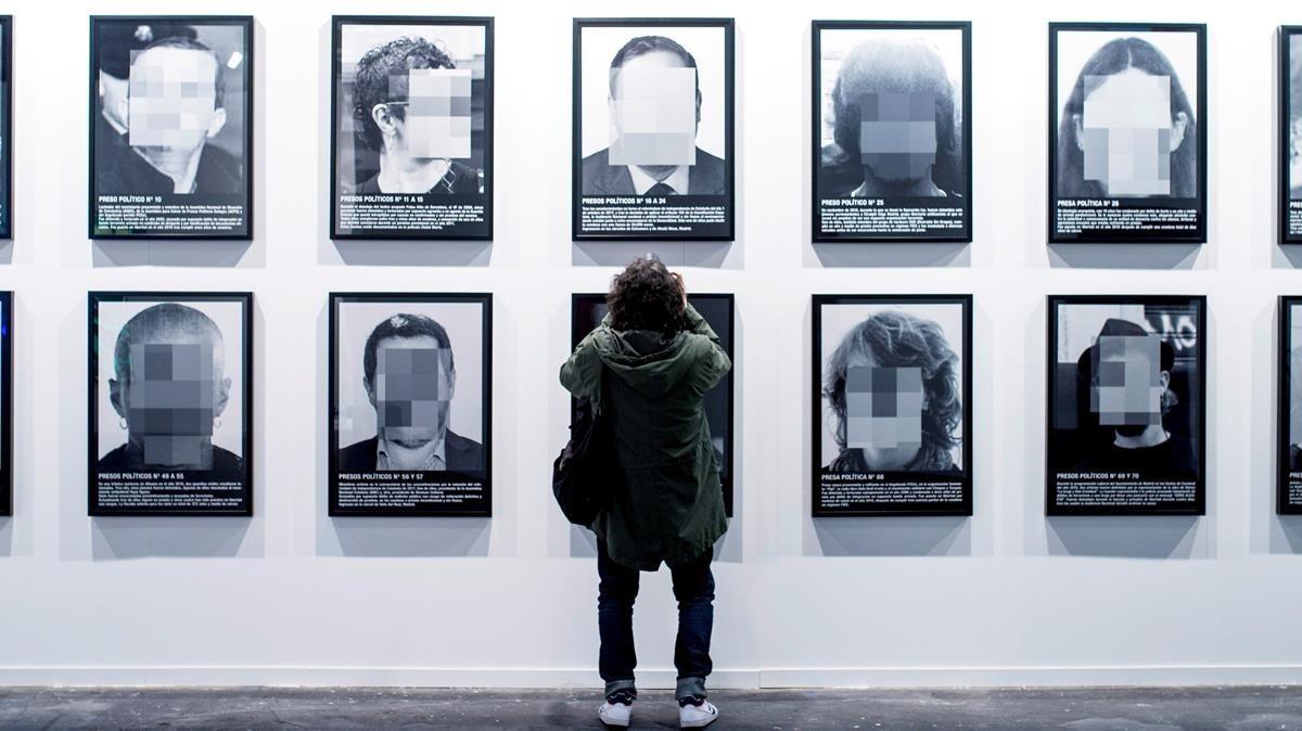 Obra Presos Políticos de Santiago Sierra, perteneciente a la galeria Elga Alvear, en la edición 2018 de ARCO.