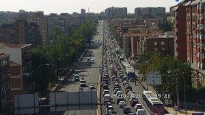 Colas de tráfico en la A-5 en dirección salida de Madrid, registradas este viernes por la tarde por una cámara de la DGT.