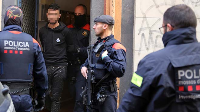 Operación de los Mossos en la calle de la Riera Baixa,13, en Barcelona. En la foto, uno de los detenidos.