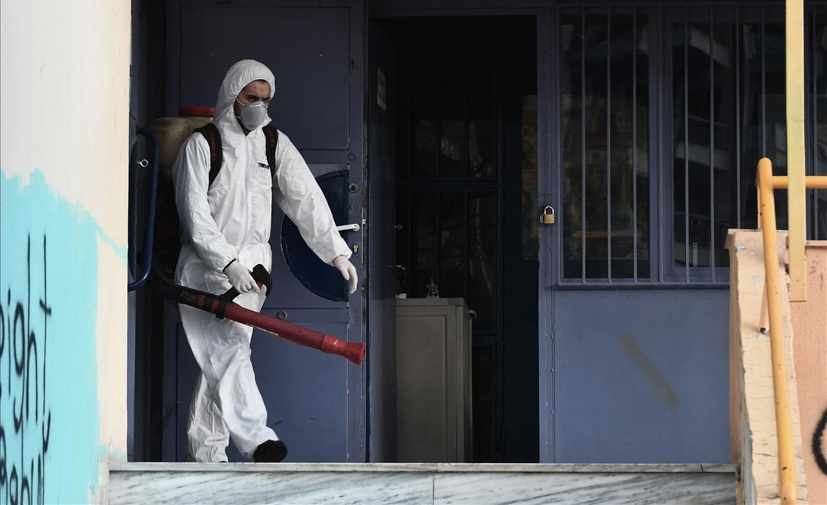 Un operario rocía desinfectante como parte de las medidas preventivas contra la propagación del coronavirus en una escuela de la localidad griega deSalónica.