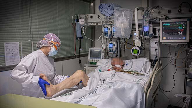 Un paciente es atendido en la uci del Hospital Clínic de Barcelona.