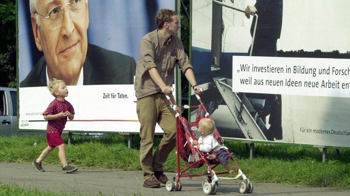 Un padre pasea con sus hijos.