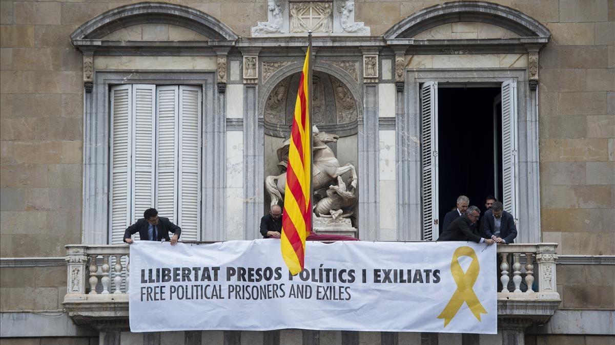 El nuevo Govern cuelga una pancarta por los políticos presos