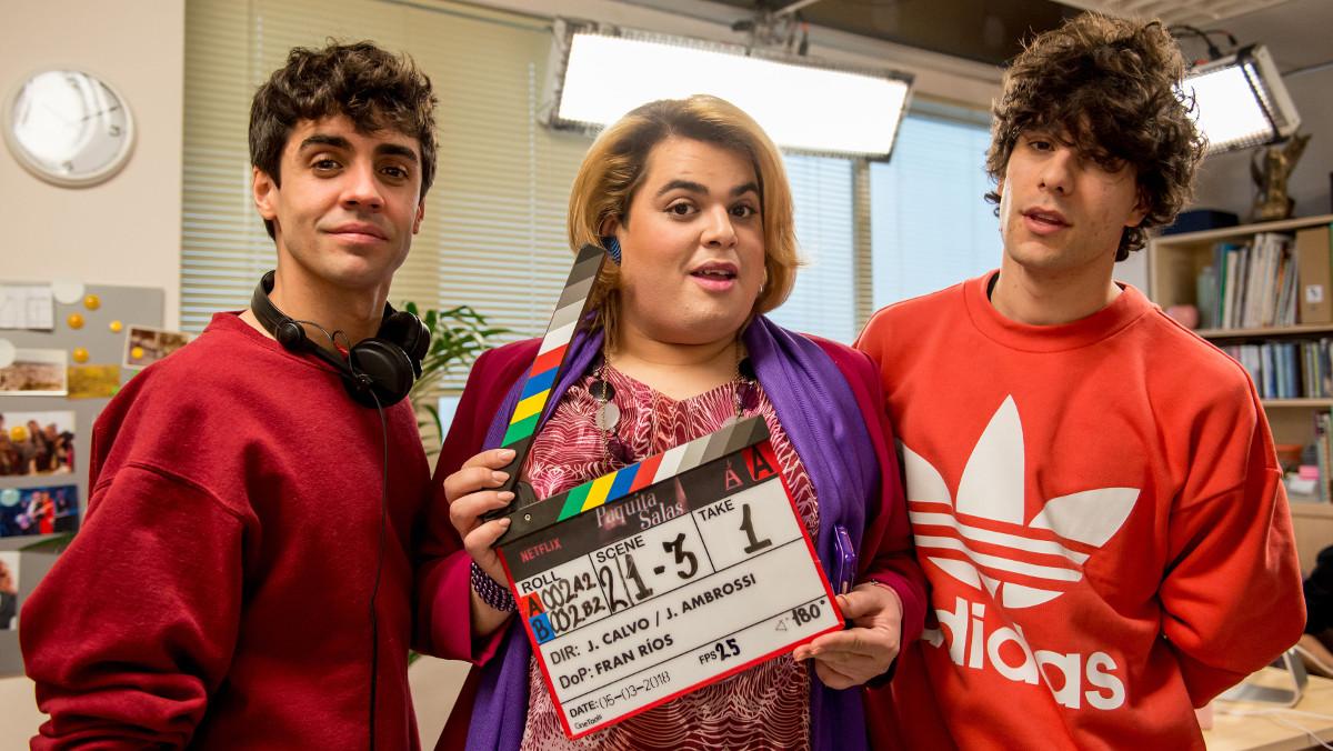 El actor BraysEfes, entre Javier Ambrossi y Javier Calvo, en la grabación de Paquita Salas, de Netflix.