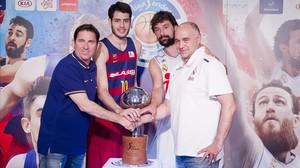 Pascual, Abrines, Llull y Laso posan para las cámaras con el trofeo de Liga en la zona de vestuarios del Palau
