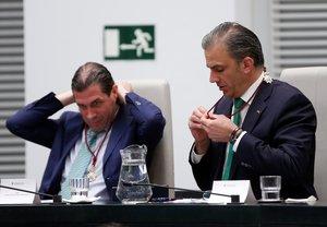 El concejal de Vox en el Ayuntamiento de Madrid Pedro Fernández (i) junto a Ortega Smith (d).