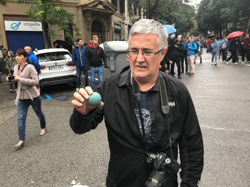 Una pelota de goma empleada por la Policía Nacional en el cruce entre Sardenya y Diputació.