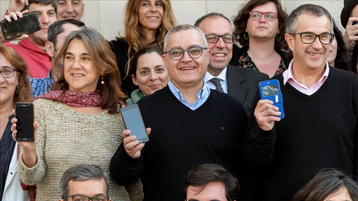 Periodistas de 'Diario de Mallorca' protestan ante la sede del rotativo por la incautación de móviles a sus compañeros de Palma.
