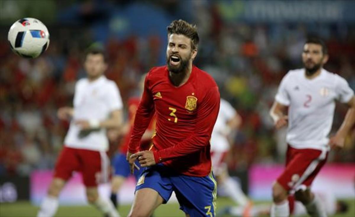 Piqué persigue un balón en el amistoso de la selección española disputado ante Georgia en Getafe.