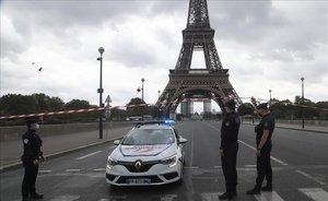 La policía controla las inmediaciones de la Torre Eiffel, desalojada por una aviso de bomba.
