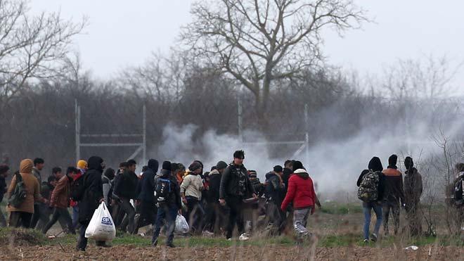 La Policía griega vuelve a lanzar gas contra los migrantes que tratan de entrar al país desde la frontera con Turquía.
