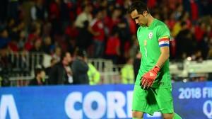 El portero azulgrana Claudio Bravo, durante el encuentro entre Chile y Colombia.