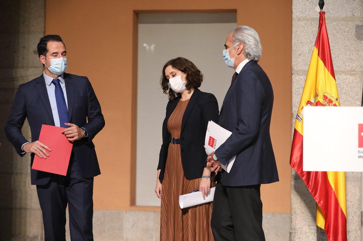 La presidenta madrileña, Isabel Díaz Ayuso, con el vicepresidente regional, Ignacio Aguado, y el consejero de Sanidad, Enrique Ruiz Escudero, este 18 de septiembre en la sede del Gobierno regional.