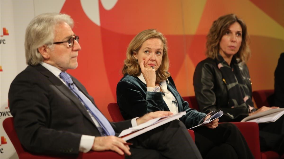 El presidente de Foment, Josep Sánchez Llibre, junto a la ministra de Economía, Nadia Calviño, y la 'consellera' Àngels Chacón, en la presentación del informe.