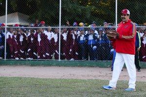 El presidente de Venezuela, Nicolás Maduro, jugando a beisbol en Caracas.