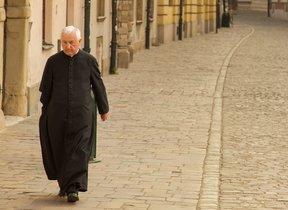 Un capellà gallec, contra els mòbils: «Si vols veure Déu, envia-li un whatsapp mentre condueixes»