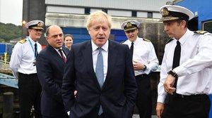 El primer ministro británico, Boris Johnson, durante una visita a un submarino militar.