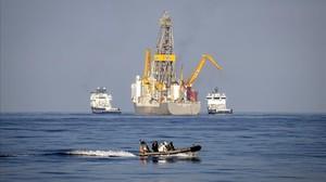 El barco Rowan Reneissance,de la compania petrolifera Repsol, escoltado por una lancha de asalto de la Armada durante las polémicas prospecciones petrolíferas (por el sistema de perforación) que se llevaron a cabo en Canarias en el 2014.