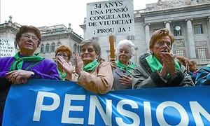 Protesta en la plaza de Sant Jaume de viudas con bajas pensiones.