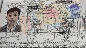 La creatividad del niño durante el vuelo ha quedado reflejada en el pasaporte de su padre.