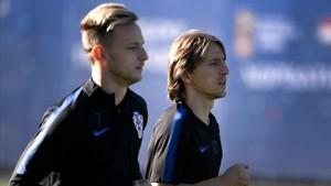 Rakitic (en primer término) y Modric en un entrenamiento de Croacia en San Petersburgo.