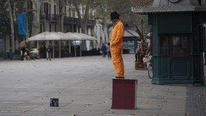 Una estatua humana en La Rambla de Barcelona, vacía.
