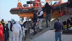 Desembarco este domingo de las personas inmigrantes que han llegado al puerto de Pozzallo, en Sicilia, en el barcode la oenegé española 'Open Arms'.