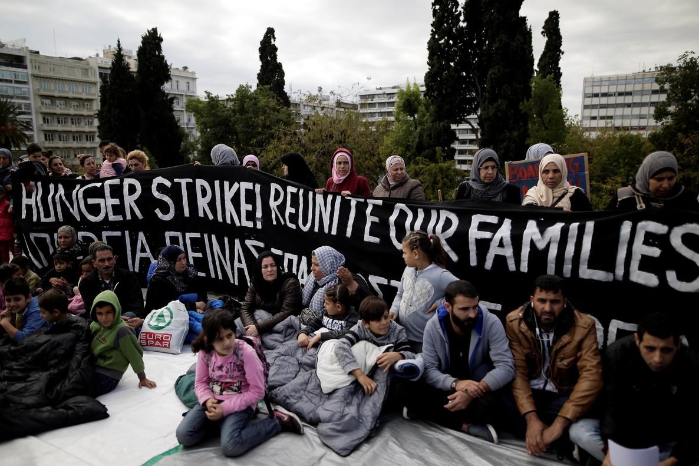 Refugiados sirios acampan delante del Parlamento griego para pedir la reunificación con sus familiares que residen en Alemania.