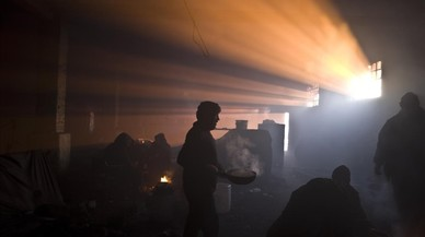 Refugiat afganesos, en un magatzem abandonat a Belgrad (Sèrbia).