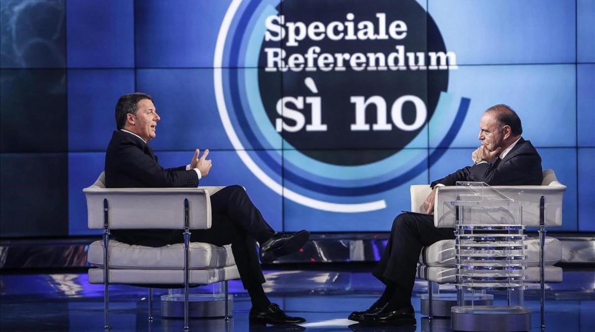 Renzi (izquierda), en el programa Porta a porta de la cadena RAI, conducido por el periodista Bruno Vespa (derecha), en Roma, el 30 de noviembre.