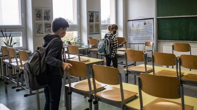 Varios alumnos ordenan unaula.