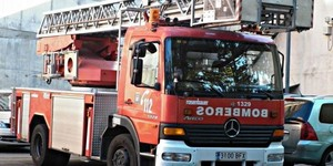 Rescatadas dos mujeres y tres menores de un balcón por un incendio en Almería