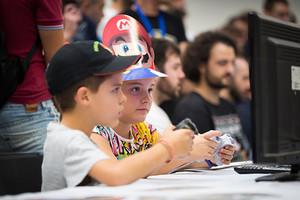 Dos niños acompañados juegan en la pasada edición de Retrobarcelona