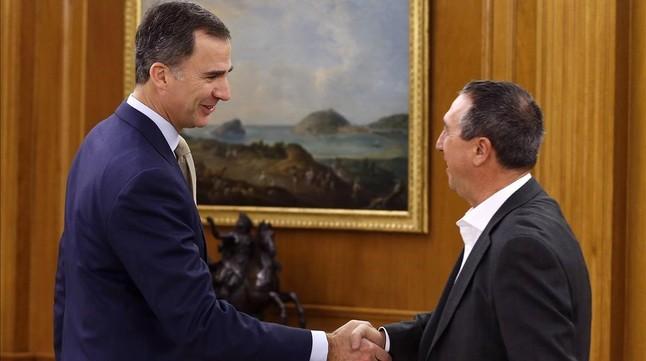 El Rey Felipe VI ha recibido a Joan Baldoví, diputado de Compromís, en la ronda de conversaciones sobre investidura.