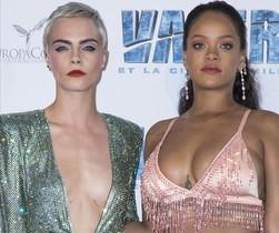 Rihanna y Cara Delevingne posan en la alfombra roja del estreno en París de 'Valeria y la ciudad de los mil planetas'.