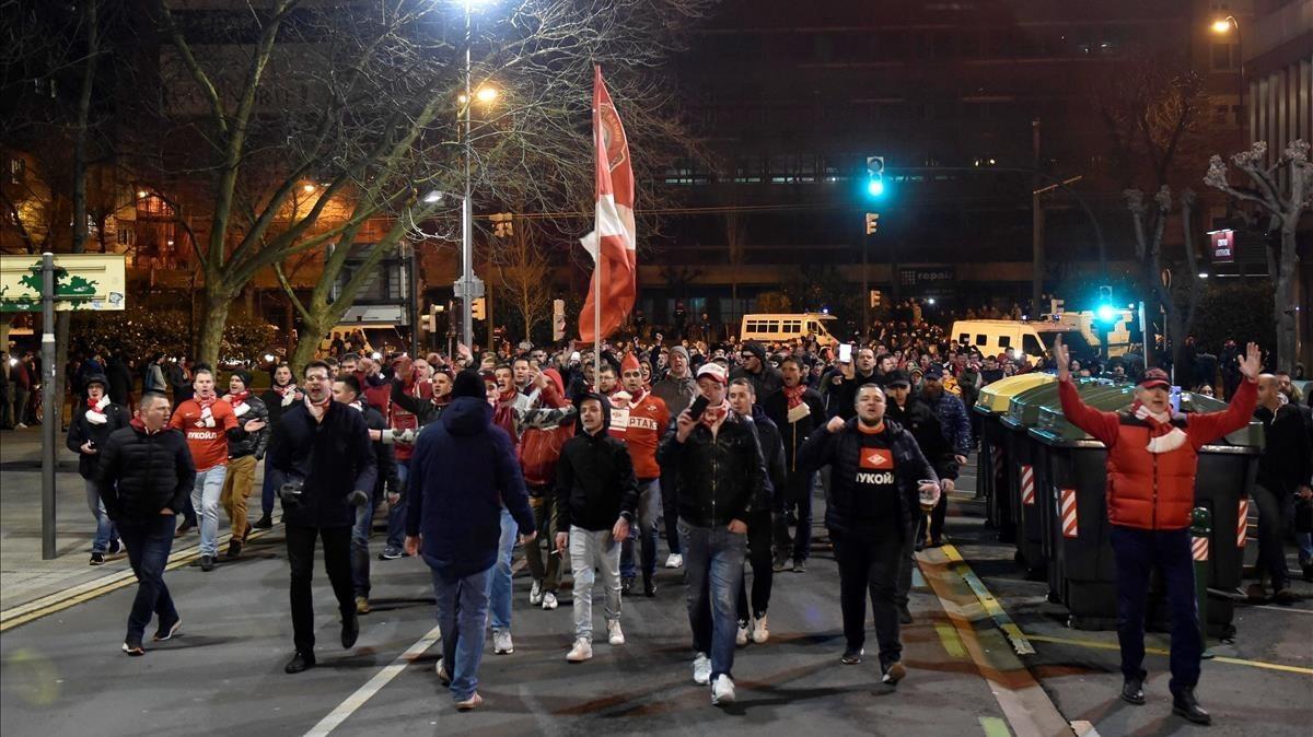 Los ultras rusos del Spartak de Moscú siembran el pánico en los alrededores de San Mamés, el jueves en Bilbao.