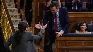 Pablo Iglesias, saluda al presidente del gobierno en funciones Pedro Sánchez , tras su intervención este martes en el Congreso