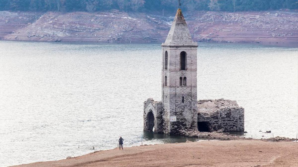 Aspecto del embalse de Sau a principios de diciembre, con el campanario de la iglesia de Sant Romà.