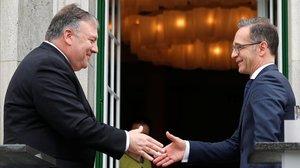 El secretario de Estado de EEUU, Mike Pompeo, saluda al ministro de Exteriores alemán, Heiko Maas, este viernes en Berlín.
